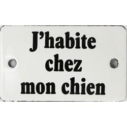 Plaque humoristique  émaillée bombée  6x10 cm : J ' HABITE CHEZ MON CHIEN.