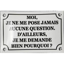 Plaque humoristique  émaillée bombée de 10x15 cm : MOI JE ME POSE JAMAIS AUCUNE QUESTION.