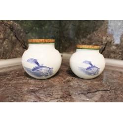 Lot de 2 pots émaillés, décor dauphins.