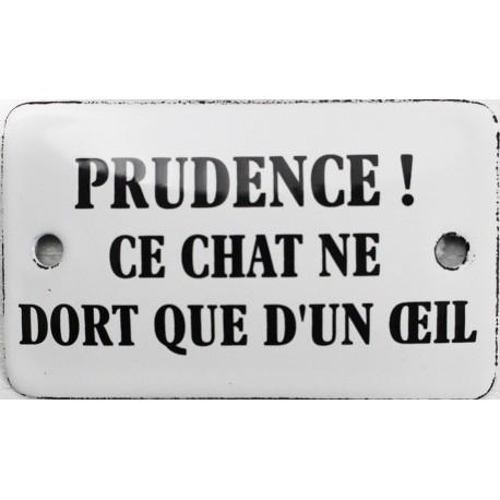 Plaque humoristique émaillée 6x10cm : PRUDENCE CE CHAT NE DORT QUE D'UN OEIL.