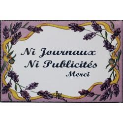 Plaque de porte émaillée plate de 10,5 x 7cm décor lavandes :  NI JOURNAUX NI PUBLICITÉ.