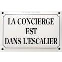 Style plaque de rue émaillée bombée LA CONCIERGE EST DANS L'ESCALIER dim : 10x15c