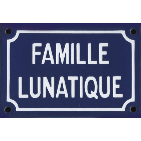 Plaque  émaillée humoristique :  FAMILLE LUNATIQUE.
