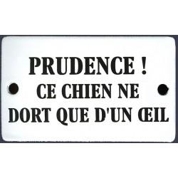 Plaque humoristique émaillée bombée   6x10 cm PRUDENCE CE CHIEN NE DORT QUE D'UN OEIL