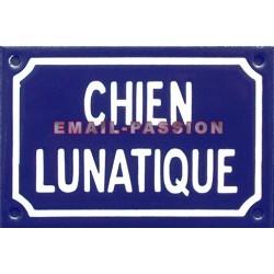 Plaque humoristique émaillée de 10x15cm CHIEN LUNATIQUE