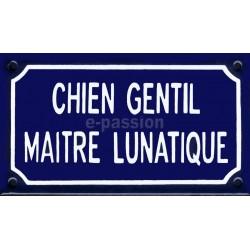 Plaque de rue émaillée 10 x 18cm, faite au pochoir :  CHIEN GENTIL MAITRE LUNATIQUE.