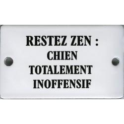 Plaque humoristique émaillée bombée 6x10 cm : RESTEZ ZEN Chien totalement inofensif.