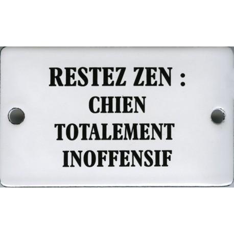 Plaque humoristique émaillée bombée 6x10 cm : RESTEZ ZEN Chien totalement inofensif