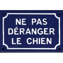 Plaque humoristique émaillée 10x15cm : NE PAS DÉRANGER LE CHIEN.