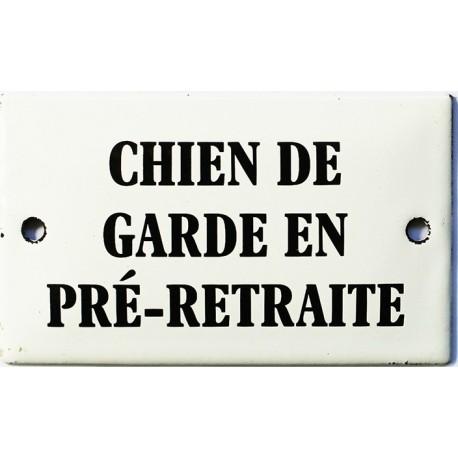 Plaque humoristique émaillée bombée 6x10 cm : CHIEN DE GARDE EN PRÉ-RETRAITE